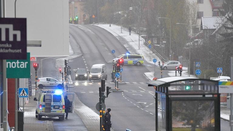 På fotot syns en väg med dubbla filer åt båda hållen. Polisbilar är på platsen.