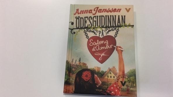 En bok med ett rött hjärta på omslaget.