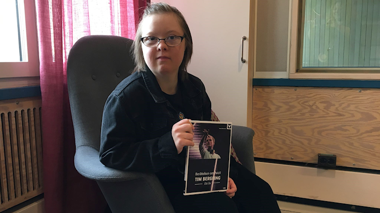 Johanna Nyberg håller i den nya lättlästa boken om Tim Bergling.