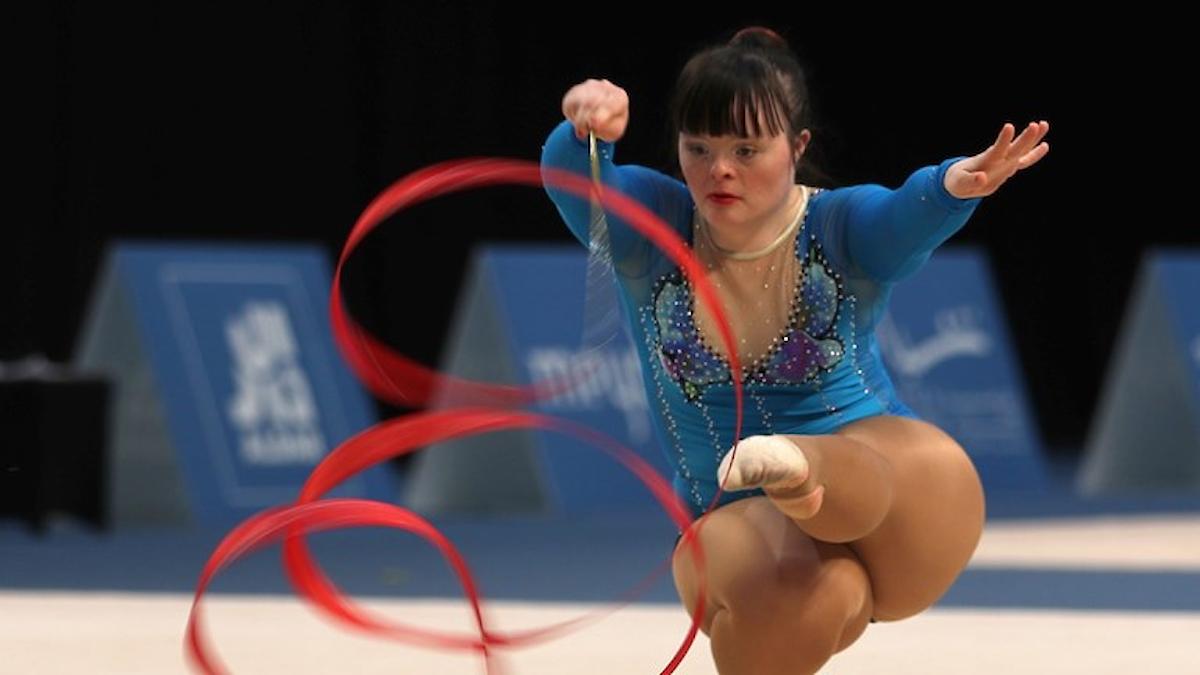 Fotot visar en tjej som tävlar i gymnastik.