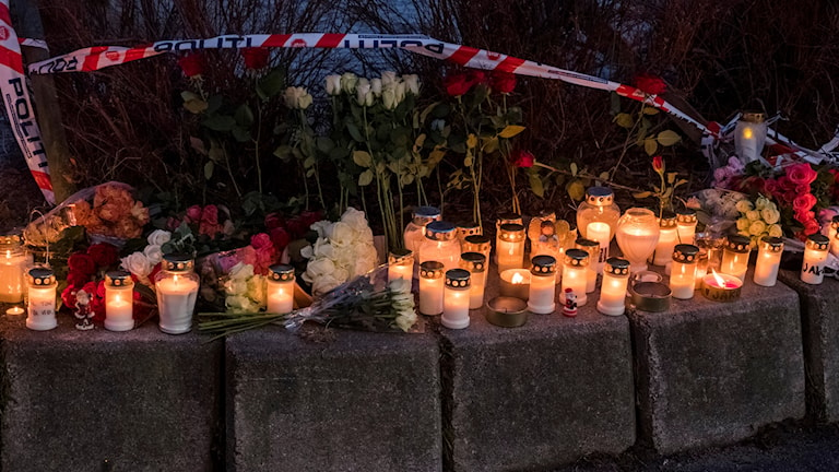 Blommor och ljus utanför skolan i Kristiansand