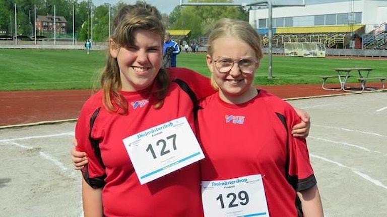 Två tjejejer i röda träningskläder