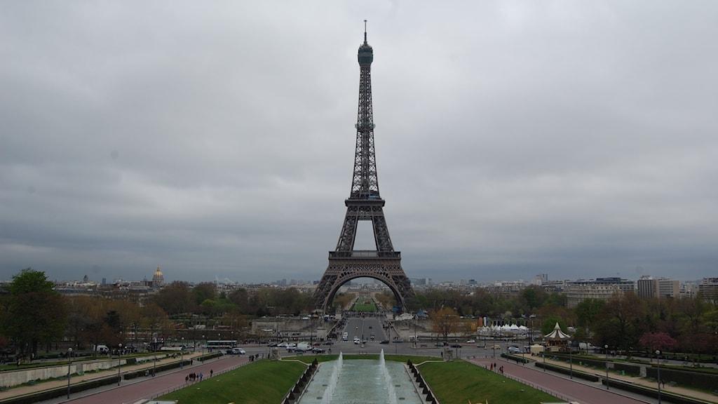 Eiffeltornet är väldigt högt. Det är en ganska luftig stålställning som är bred nere vid marken och smal upptill.