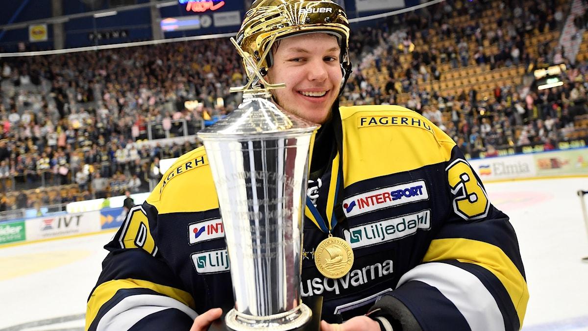 HV:s Linus Söderström med guldhjälm och SM-pokalen efter segern i SM-finalen i våras.
