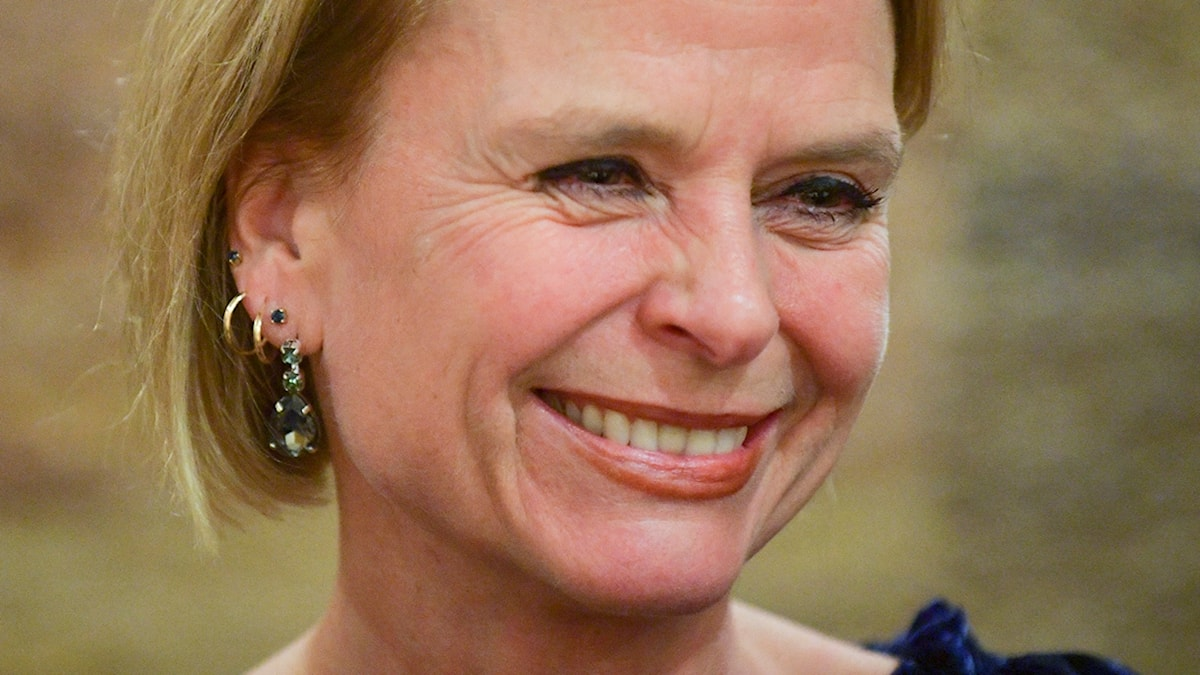 På fotot ler Åsa Regnér och ser glad ut.