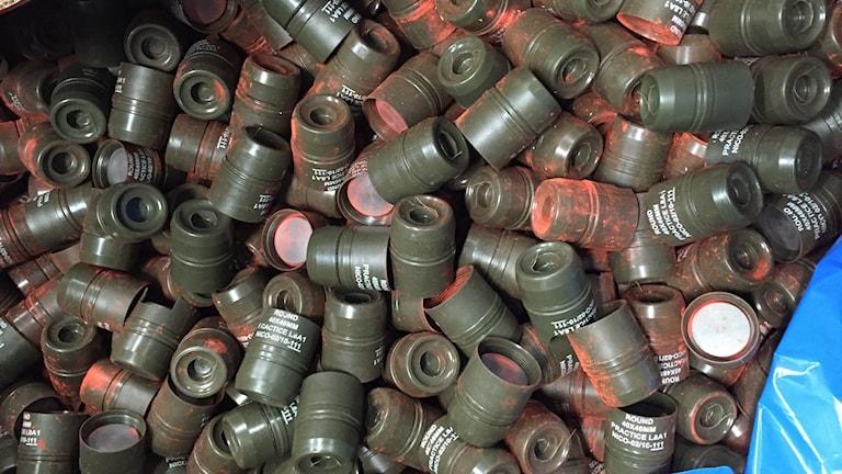 Foto av isärplockade granater med orange färg på.