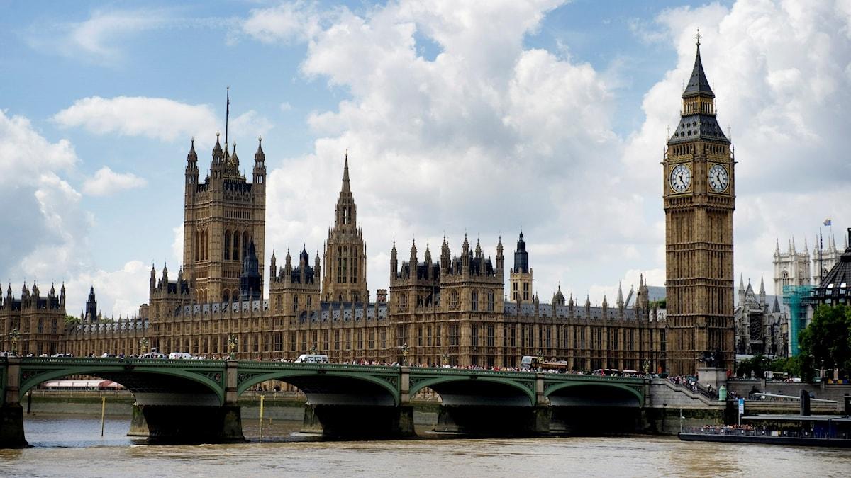 Parlamentet är en pampig byggnad precis vid floden.