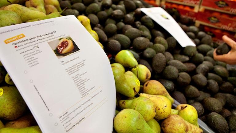 Ett förslag på recept ligger bland päronen och avocados.