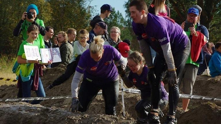 Deltagarna fick ta sig igenom lera och olika hinder.