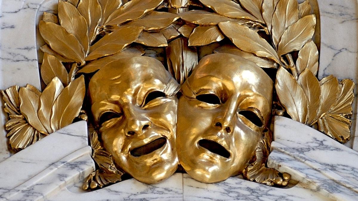 Maskerna är av guld. Sen ser glad ut och en ser ledsen ut.