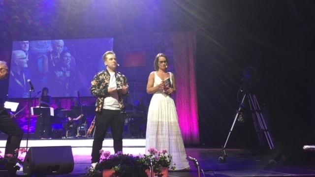 Foto av årets konferencierer: Pontus Björkander och Linda Bengtzing