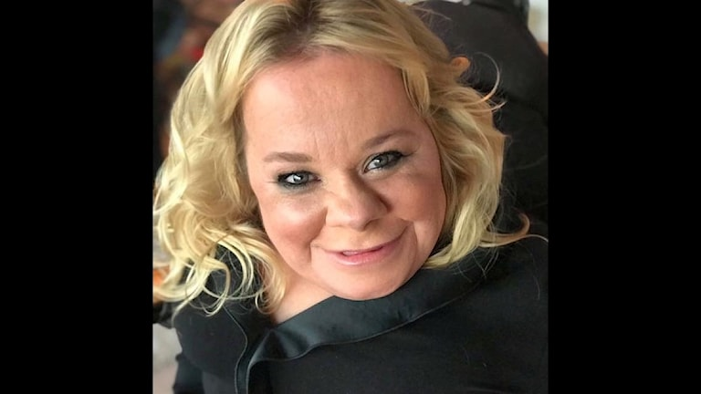 På fotot ser man Veronica Charlesdotter. Hon är blond och har svarta kläder.