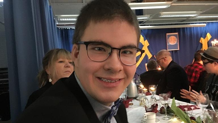 På bilden ser man en glad kille vid namn Filip som firar nobelfest i Sundsvall.