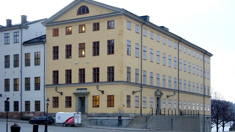 På fotot syns ett gult hus i gammaldags stil.