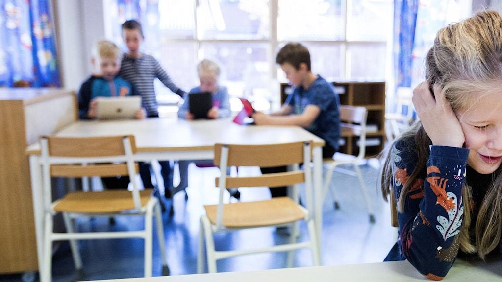 Barn i skolan som håller för öronen.