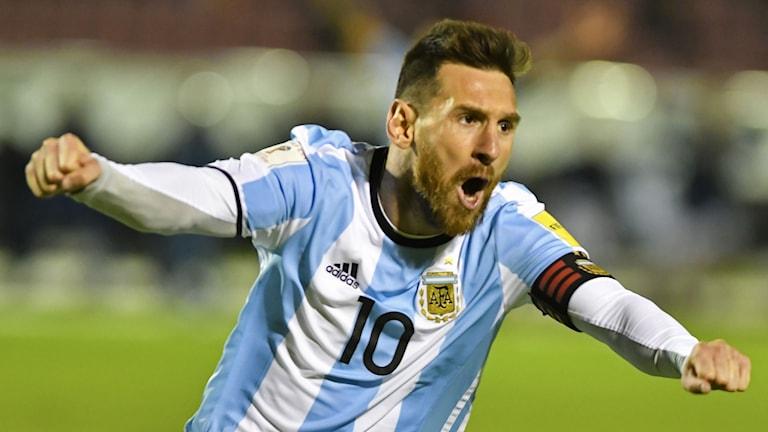 På bilden har Messi knutna händer och vrålar av glädje. Han har skägg och är klädd i fotbollskläder.