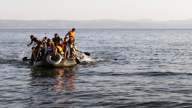 På fotot finns inget syns en liten båt där många människor trängs.