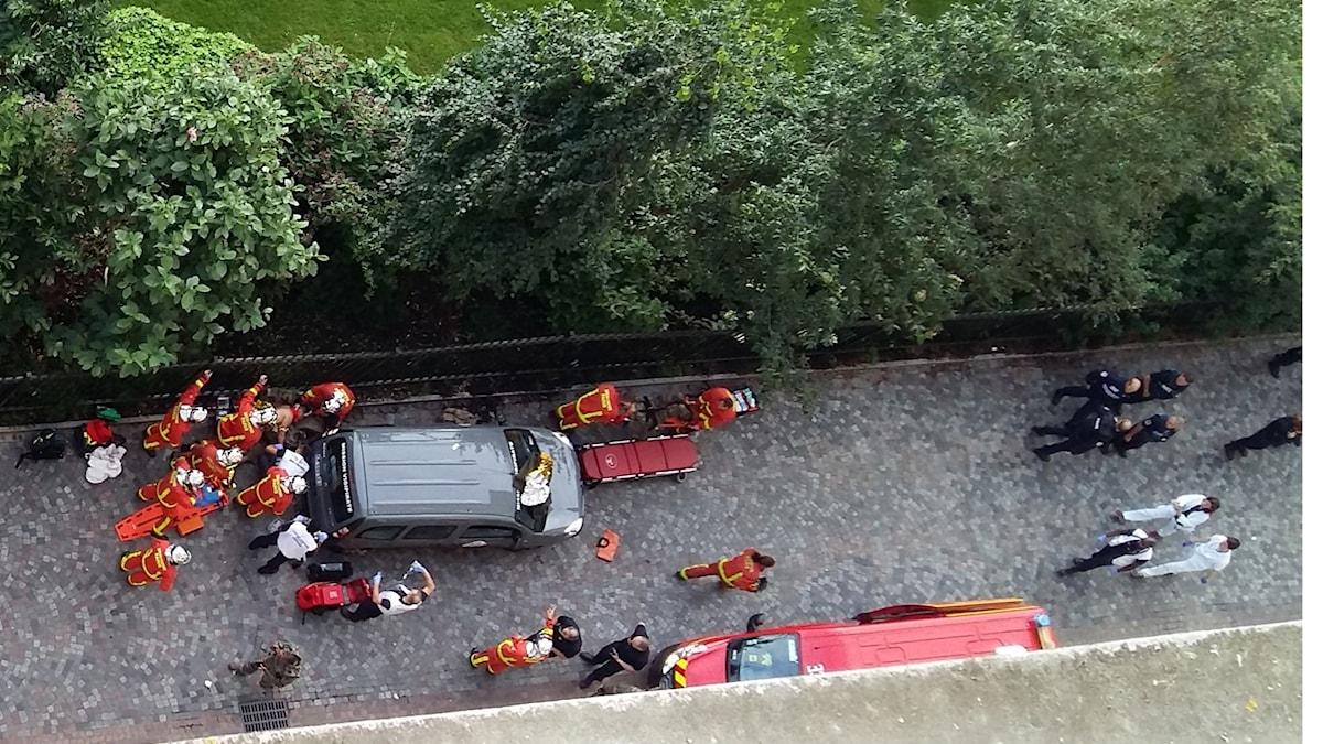 Fotot är taget uppifrån. Nere på gatan hjälper sjukvårdare de som är skadade.