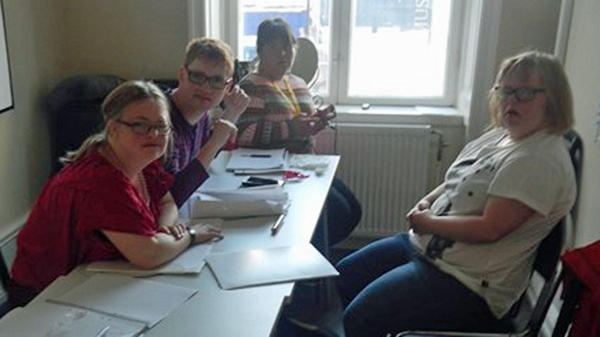 På fotot syns fyra personer vid ett bord.