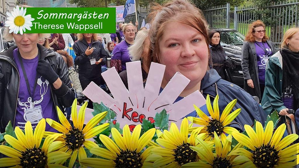 Therese Wappsell har långt brunt hår. På bilden går hon i ett demonstrationståg.