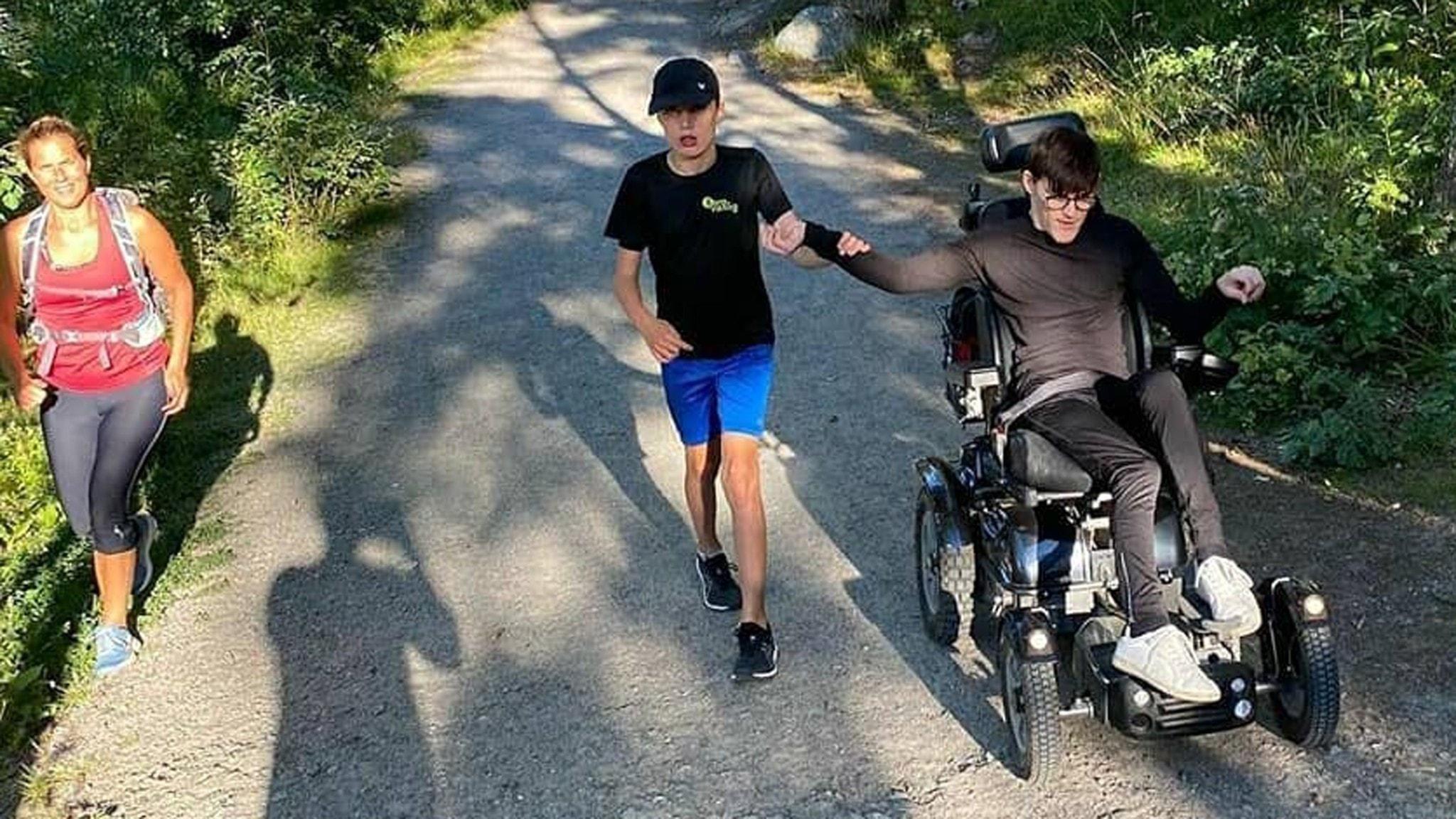 På fotot syns två löpare som använder benen och en som annvänder rullstol.