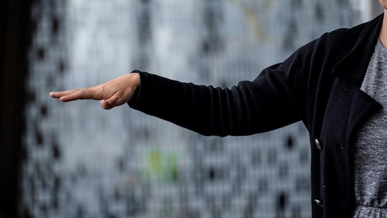 Fotot visar en person som sträcker ut handen, klarar man det har man troligen inte fått stroke.
