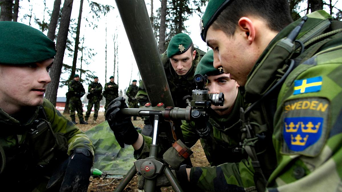 På fotot syns soldater i kamouflageuniformer som håller på med en granatkastare.