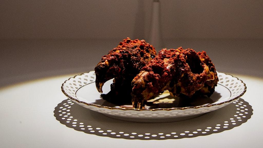 På bilder ser du två kryddade kaninhuvuden som finns på det nya museet för äcklig mat i Malmö.