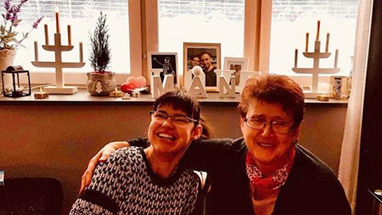Fotot visar Gabriella i glasögon som ler och hennes mamma Susanne som håller armen om henne.