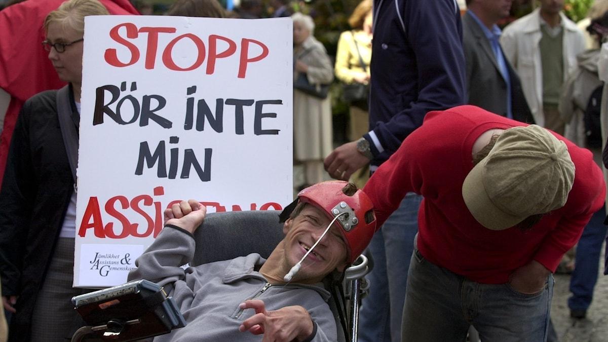 Foto från demonstration mot besparingar inom assistansen.
