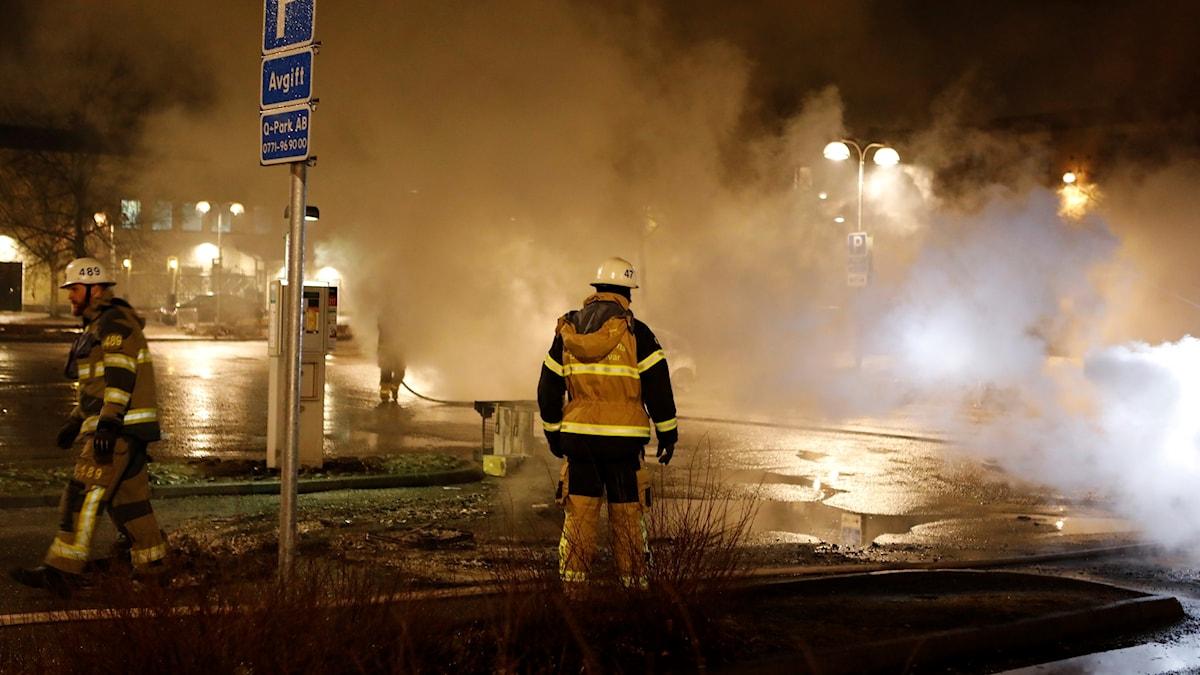 Räddningspersonal vid oroligheterna i Rinkeby på måndagskvällen.