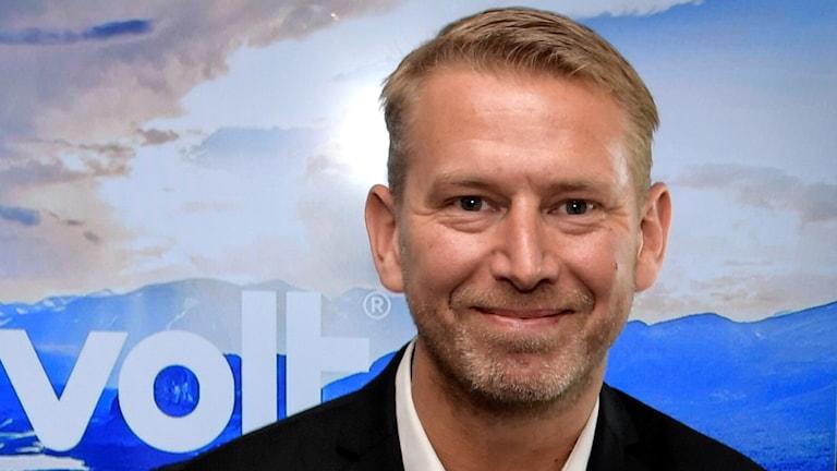På fotot syns Peter Carlsson chef för Northvolt i kort blont hår, med ett leende.