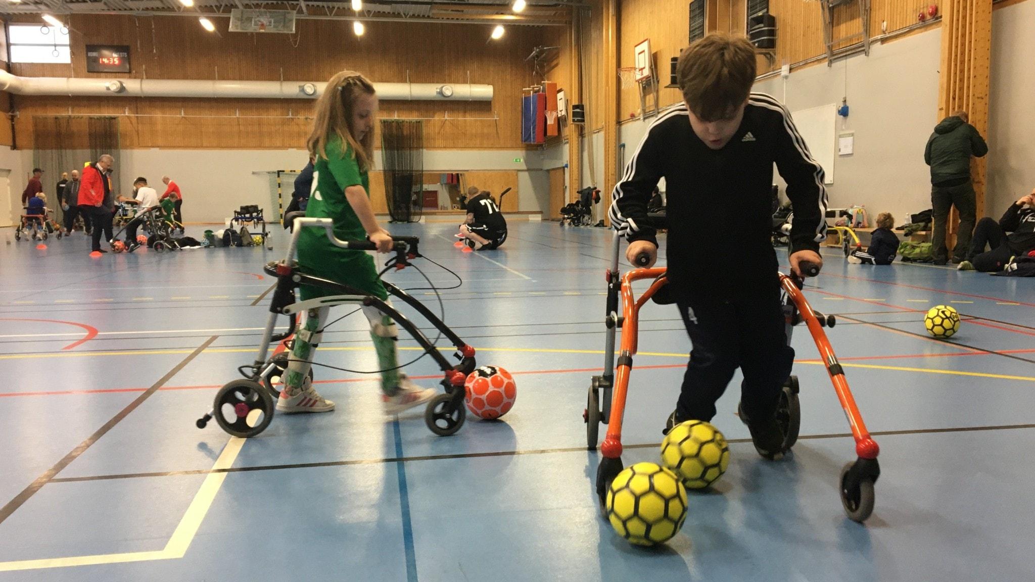 En flicka och en pojke tränar på frame fotboll.