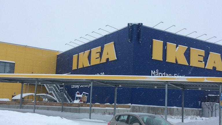 Fotot visar en gul och en blå Ikea byggnad i Borlänge.