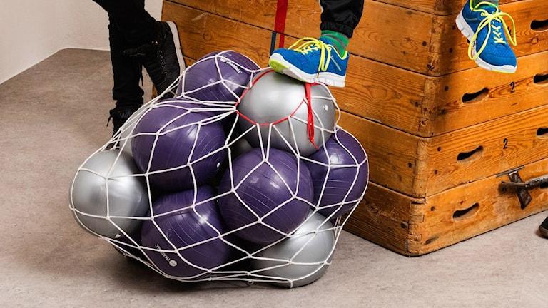 Massor med bollar och en plint