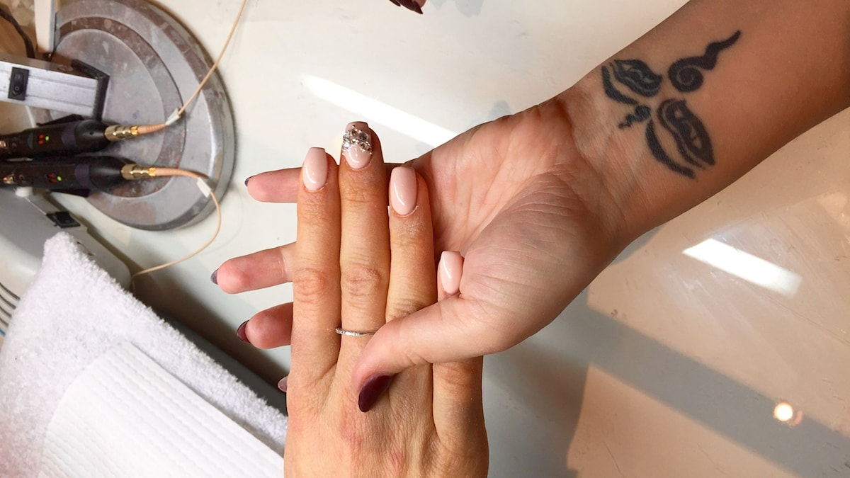 För många är samtalet lika viktigt som själva fixandet av naglarna, berättar Celina Rydén. Foto: Clara Lowden