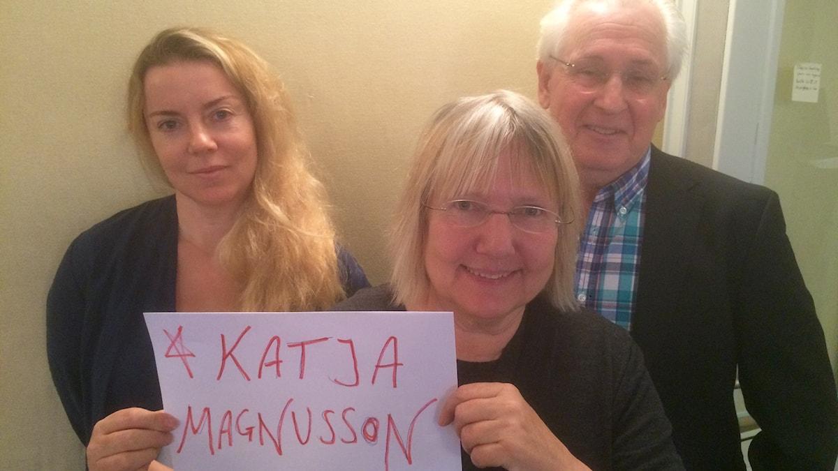 """Programledare Ci Holmgren, Susanne Palme (håller lapp med texten """"Katja Magnusson"""") och Herman Melzer."""