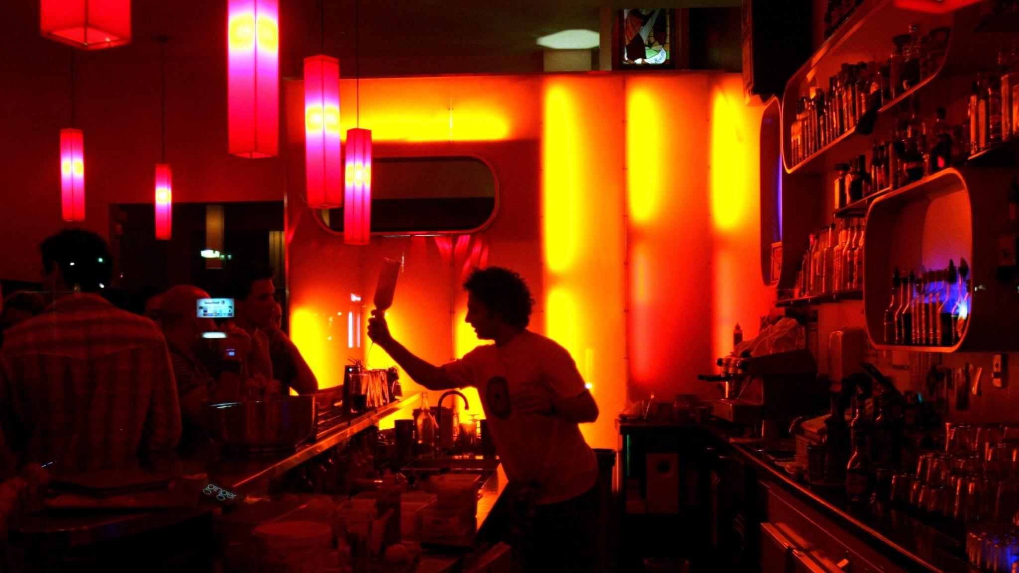 En bardisk i kvällsbelysning