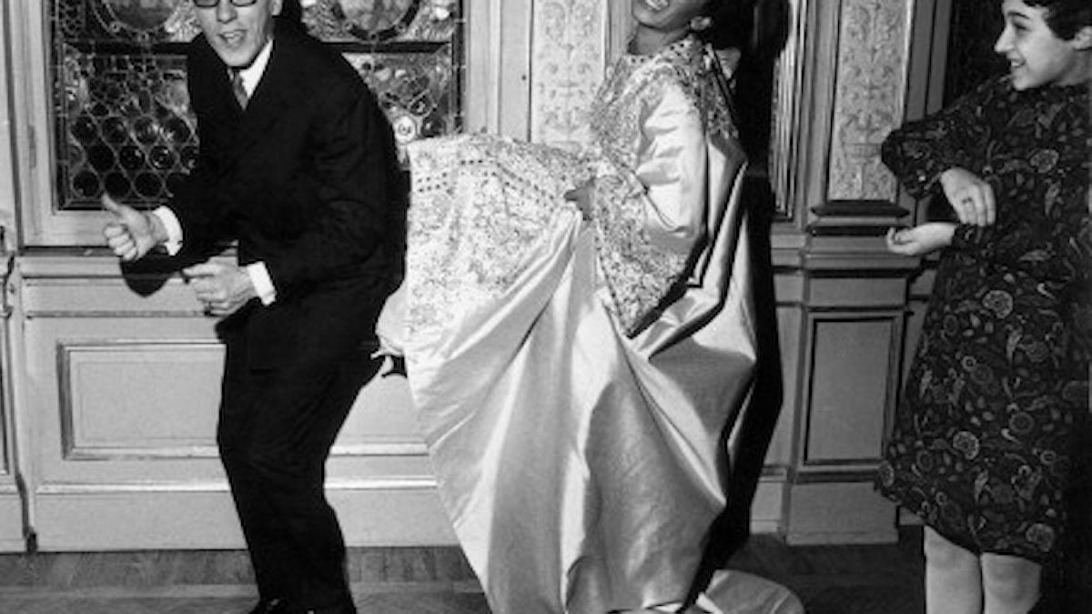 """GOOD LUCK!"""" utropar Shirley Bassey, sångerskan som just nu är en upplevelse på Berns i Stockholm, och ger Östen Warnerbring, vårt hopp i schlagerfestivalen i Wien på lördag, en rejäl lyckospark. Shirleys dotter tittar på t.h."""