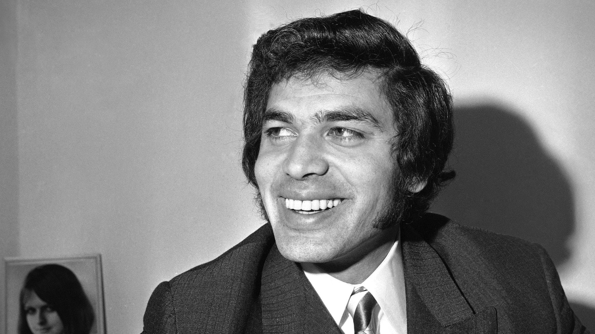 Engelbert Humperdinck i profil från vänster sida. Han ler. Bilden är tagen i slutet av 60-talet.