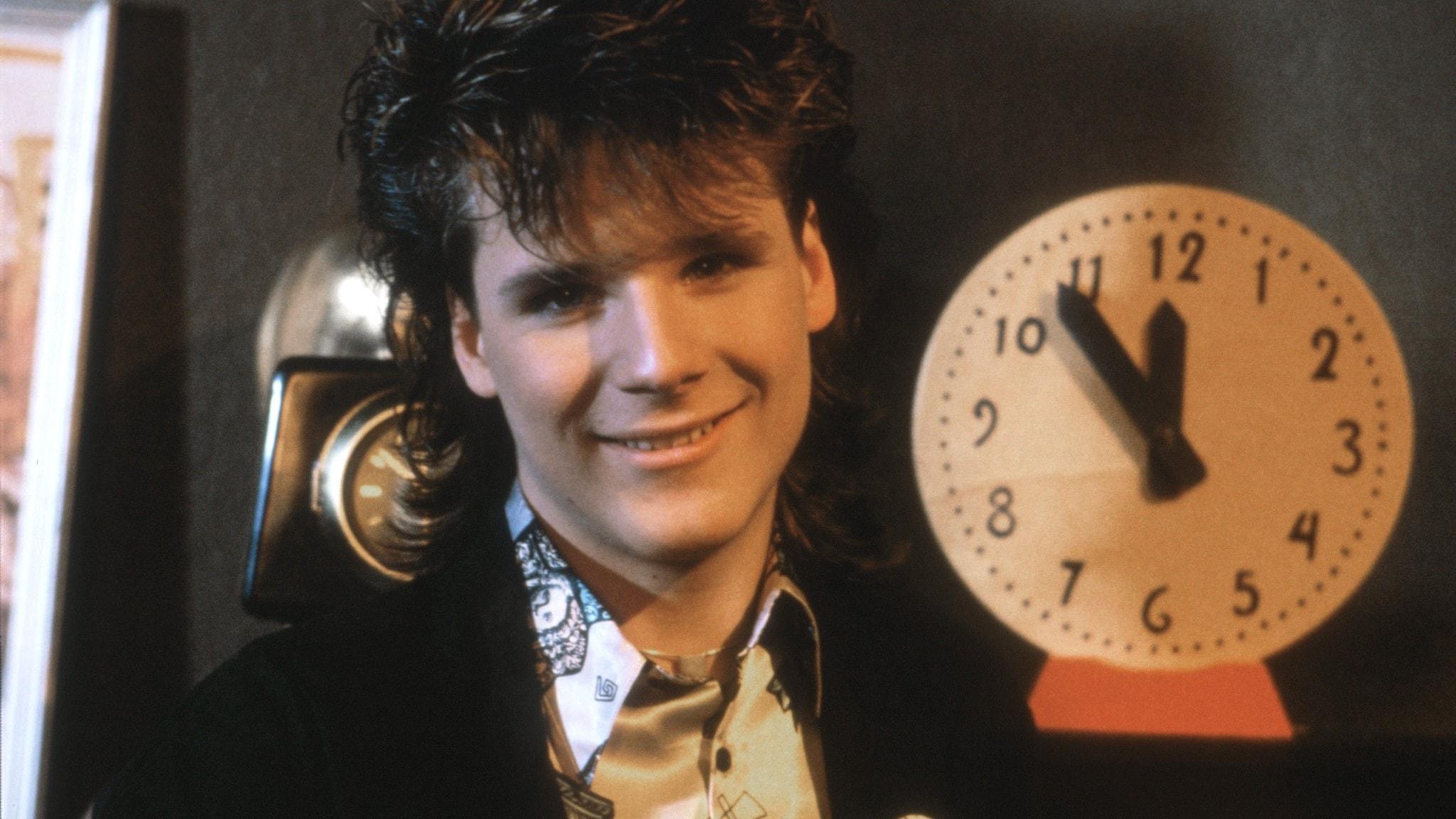 En ung Fredrik Willstrand synd jämte en klocka som visar fem i tolv. I denna sändning sjunger dock Fredrik om Susanne.