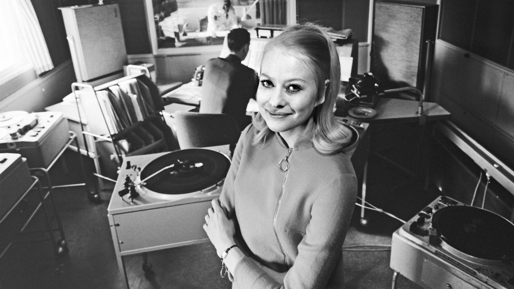 Kicki Engerstedt i en radiostudio