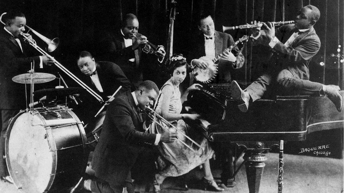 Amerikanske jazztrumpetaren Louis Armstrong spelar med King Oliver´´s Creole Jazz Band på det tidiga 20-talet.