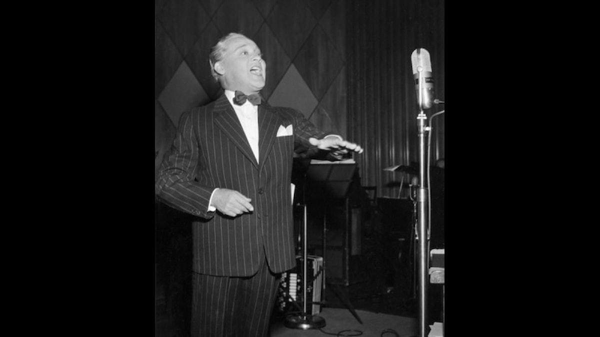 Max Hansen sjunger i radio