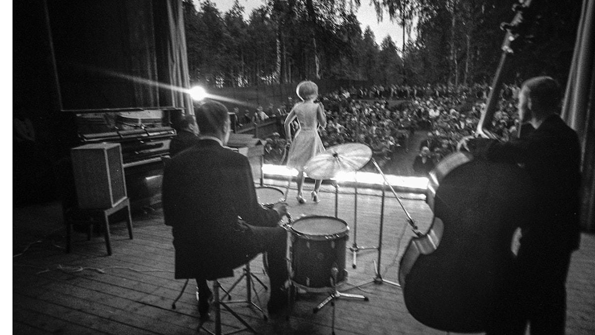 Lill-Babs, Barbro Svensson, uppträder i en folkpark - år 1965.