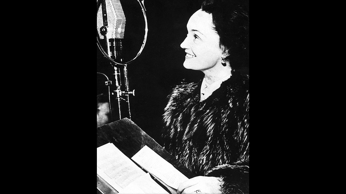 """Sångerskan Ulla Billquist (1907-1946) sjunger """"Min soldat"""" i radion."""