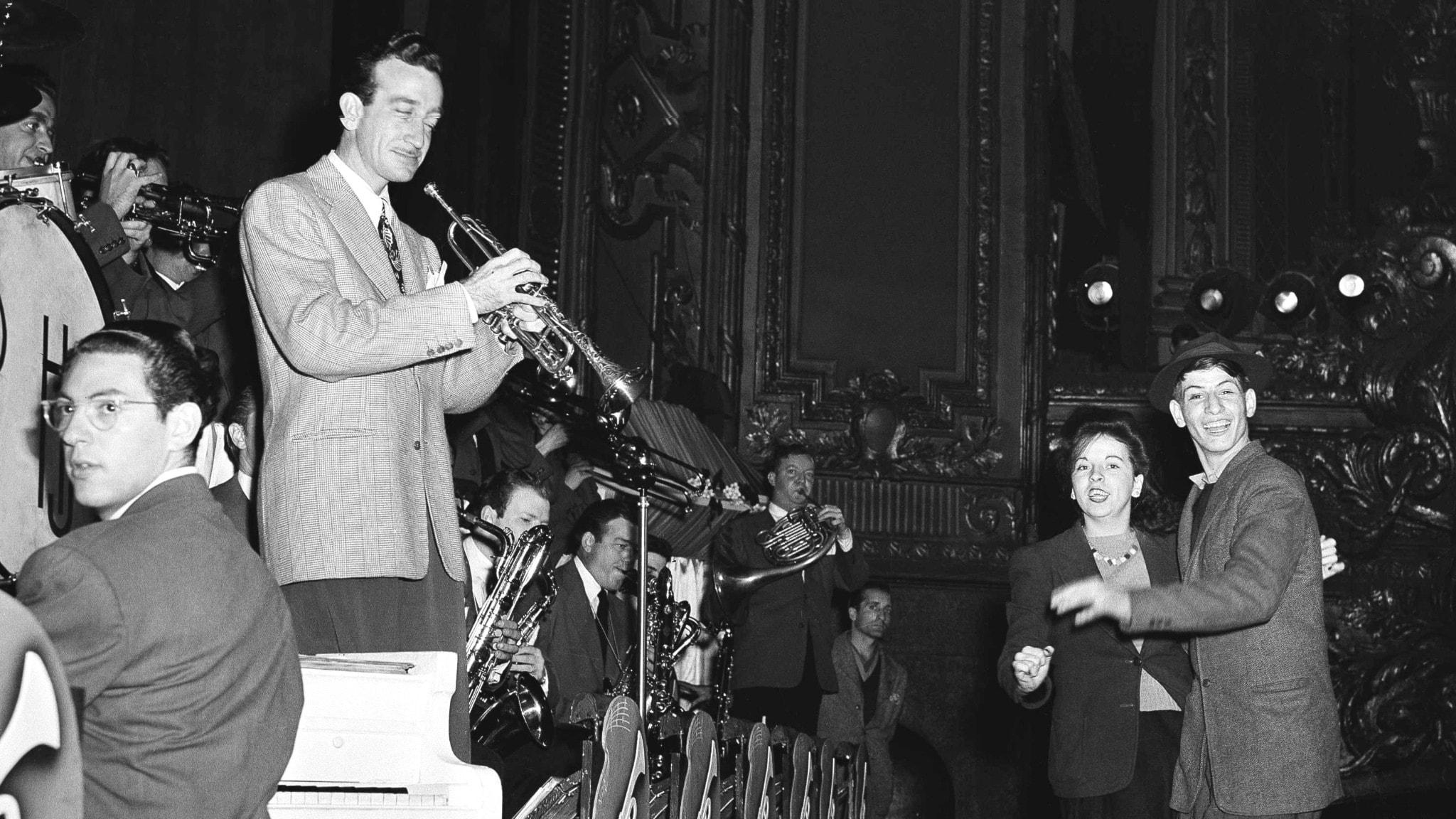 Harry James, storbandsorkester och ett par som dansar framför, svart-vit gammal bild.
