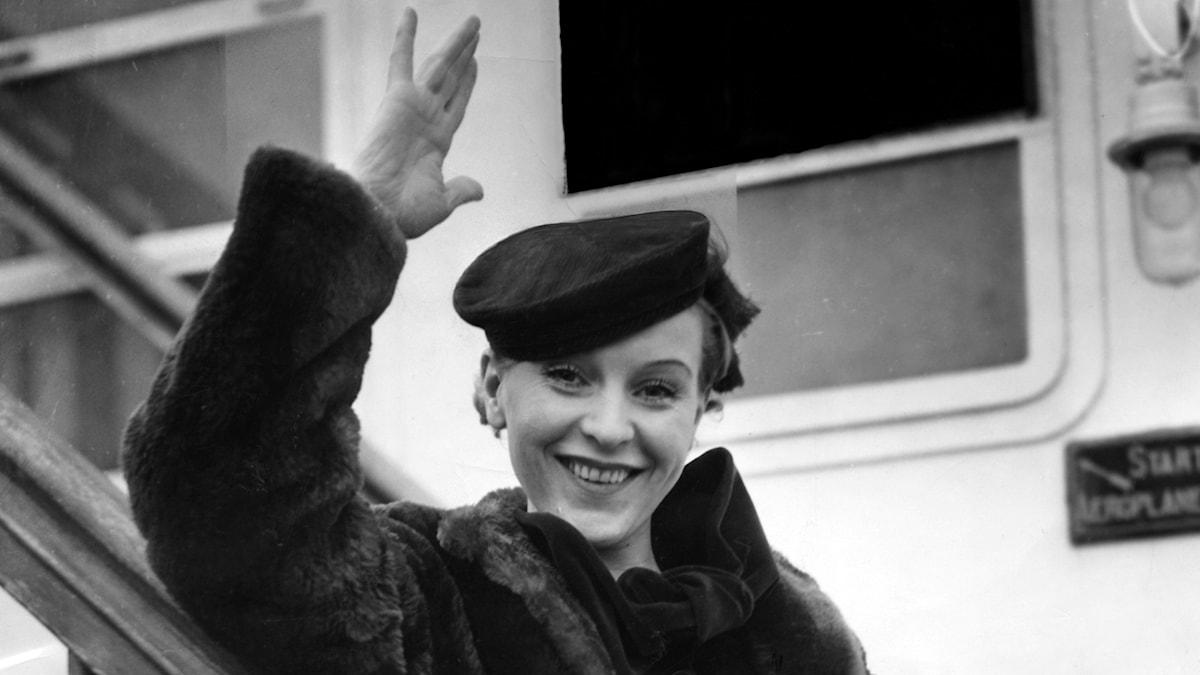 """Jenny """"Tutta"""" Rolf född Berntzen, skådespelare och revyartist, anländer till New York, USA, 1 januari 1935 med båten SS Bremen för att fortsätta sin skådespelarkarriär i Hollywood."""