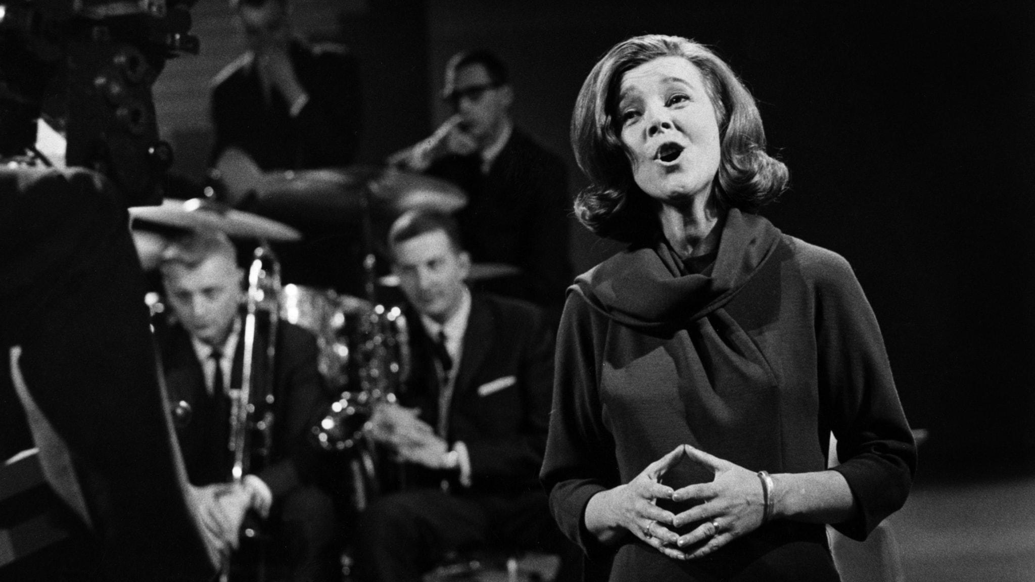 Alice Babs Sjöblom sjunger med blåsorkestern 26:e november 1963