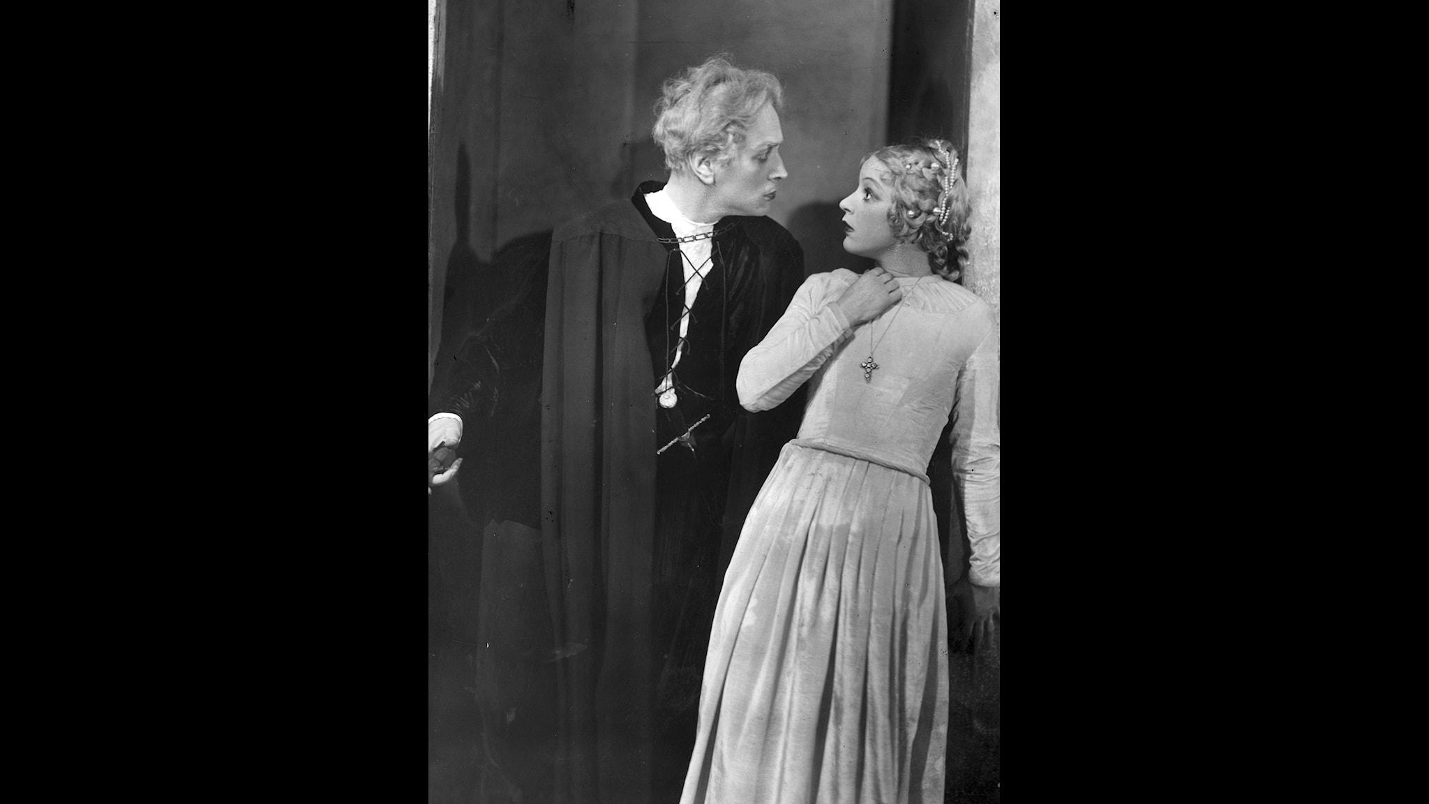 """Gösta Ekman gör succé i """"Hamlet"""" i januari 1934 på Vasateatern i Stockholm. Som motspelerska har han Tutta Rolf som """"Ofelia"""""""